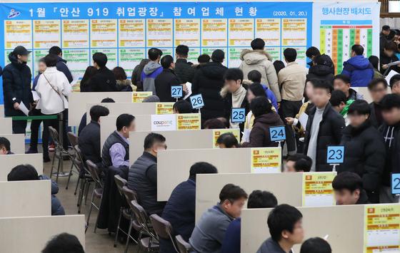 1월 취업자 수가 지난해 같은 기간보다 56만8000명 증가했다. 사진은 지난달 경기도 안산시청에서 열린 한 취업 박람회장이 구직자로 붐비는 모습. [연합]