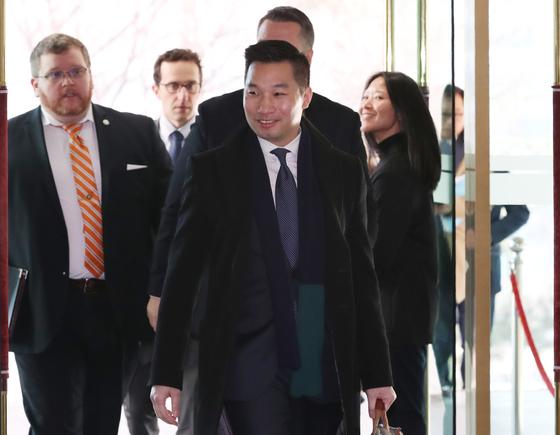 알렉스 웡 미국 국무부 대북특별부대표가 11일 오전 서울 종로구 도렴동 외교부 청사에서 열린 한·미 북핵차석대표 협의에 참석하기 위해 이동하고 있다. [뉴스1]