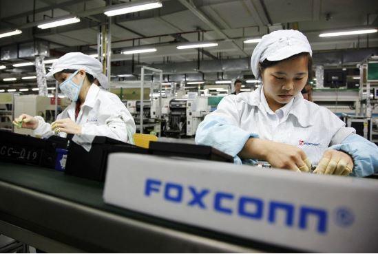아이폰을 조립하고 있는 폭스콘 중국 공장. 이 곳에서도 곧 마스크를 생산한다. [AP=연합뉴스]