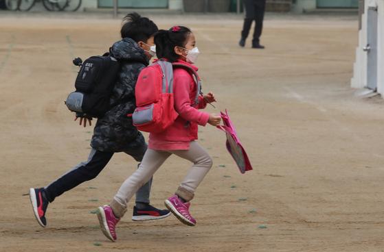 서울 여의도초등학교 어린이들이 마스크를 쓰고서 등교하고 있다. [연합뉴]