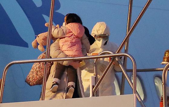 중국 후베이성 우한 지역에 체류했던 교민과 중국인 가족들이 12일 서울 김포국제공항에 도착해 대한항공 전세기에서 내리고 있다. 김성룡 기자