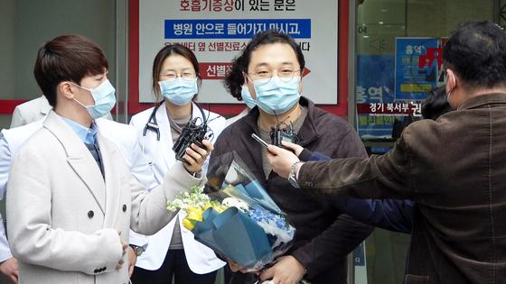 12일 신종 코로나바이러스 감염증 완치 판정을 받고 퇴원한 17번 환자. [사진 명지병원]
