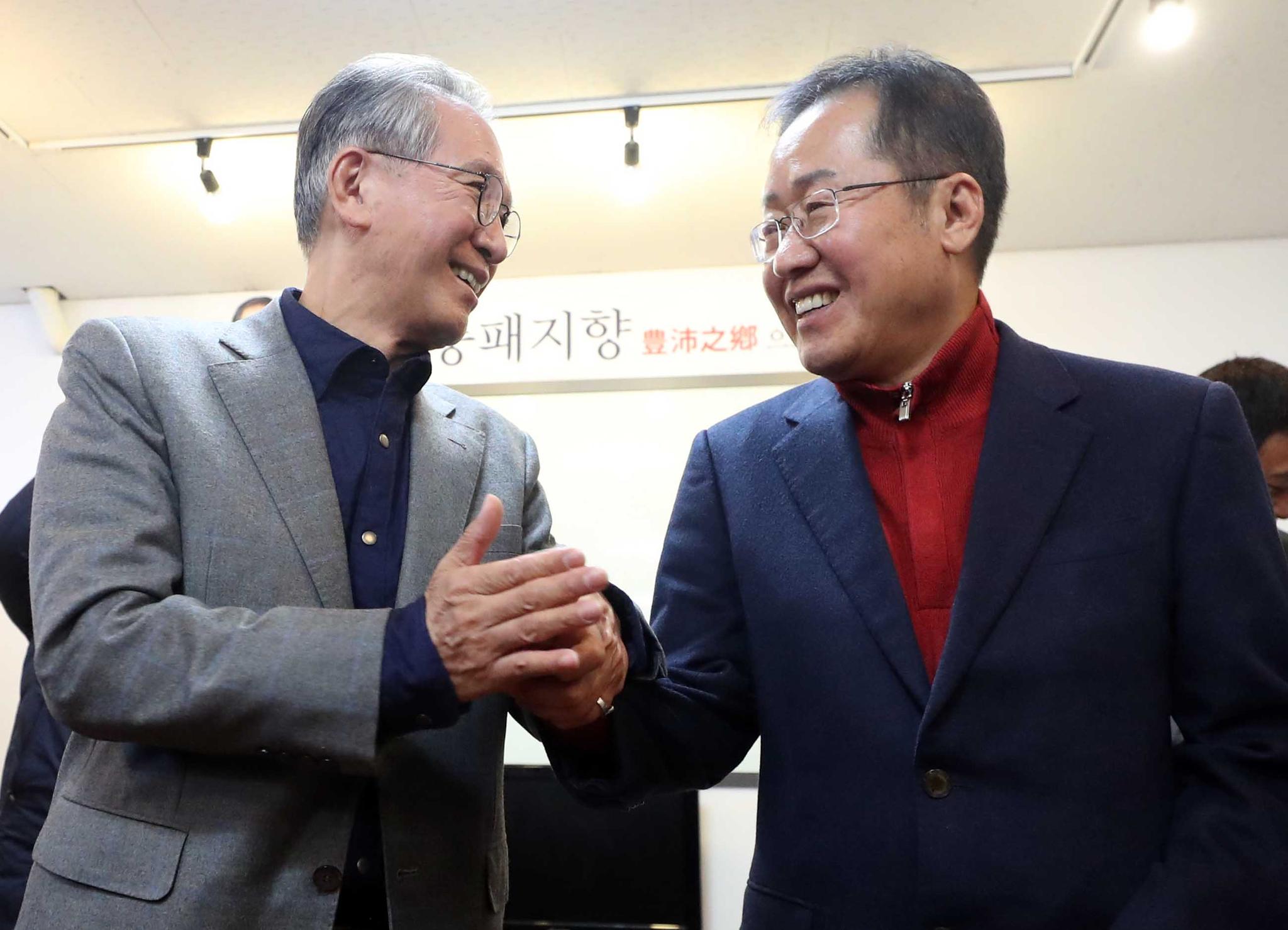 김형오 자유한국당 공천관리위원장(왼쪽)와 홍준표 전 대표. [연합뉴스]