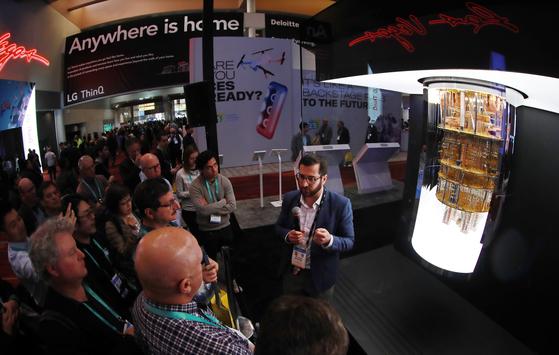 지난 1월 세계 최대 가전·정보기술(IT) 전시회 'CES(Consumer Electronics Show) 2020'가 열린 미국 네바다주 라스베이거스 컨벤션홀 IBM부스에서 관람객이 통합형 양자컴퓨터 'IBM Q시스템원'를 살피고 있다. [연합뉴스]
