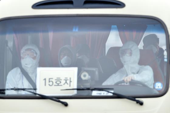 우한 폐렴(신종 코로나바이러스 감염증) 확산으로 중국에서 2차로 귀국한 교민과 유학생을 태운 버스가 지난 1일 충남 아산 경찰인재개발원으로 들어가고 있다. 프리랜서 김성태.