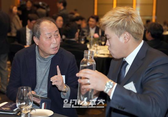 김인식(왼쪽) 전 국가대표 감독과 류현진이 2019 조아제약 프로야구대상 시상식에서 함께 앉아 이야기를 나누고 있다.