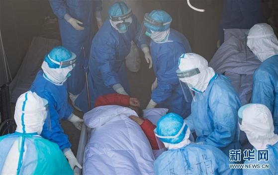 중국 우한에 신종 코로나 환자를 치료하기 위해 새로 건설된 훠선산 병원으로 환자가 이송되고 있다. [중국 신화망 캡처]