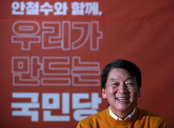 국민당(가칭) 안철수 창당준비위원장이 서울 서대문구 신촌로터리 부근에 마련한 자신의 사무실에서 인터뷰를 하고 있다. [연합뉴스]