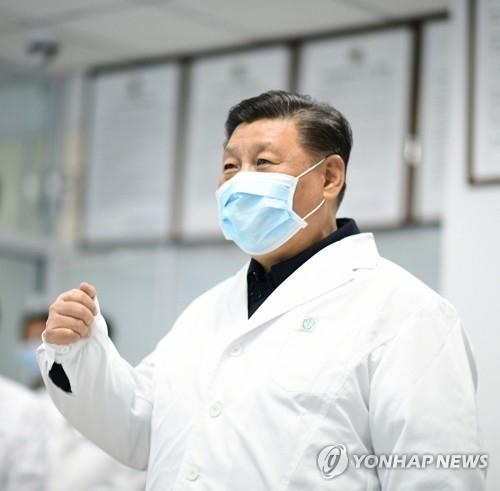 시진핑 중국 국가주석이 10일 베이징의 디탄 병원을 방문, 신종 코로나바이러스 감염증 입원 환자들의 진료 상황을 점검하고 있다. [연합뉴스]