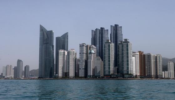 바닷가에 조성돼 빌딩풍 피해가 우려되는 부산 해운대 마린시티의 초고층 빌딩. 송봉근 기자