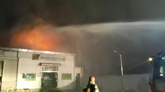 12일 오후 8시 44분께 경북 칠곡군 동명면의 한 영농조합법인 공장에서 화재가 발생했다. 이 불로 공장 3개동이 불길에 휩싸였다. [사진 경북소방안전본부 제공]
