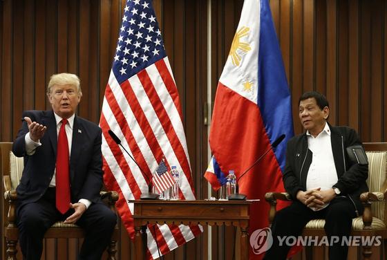 2017년 트럼프와 두테르테가 마닐라서 정상회담을 하고 있다. [EPA=연합뉴스]