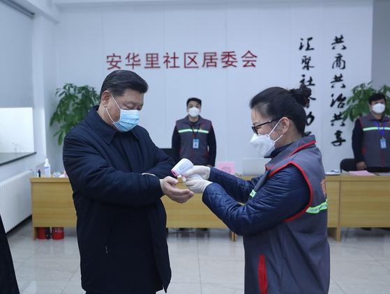 지난 10일 베이징의 한 주민센터를 찾아 신종 코로나 상황을 점검한 시진핑 중국 국가주석이 시찰에 앞서 체온 측정을 하고 있다. [중국 인민망 캡처]