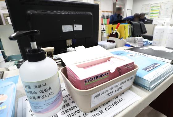 서울 동대문구의 한 지하철역 역무실에 신종 코로나바이러스 감염증 예방을 위해 마련한 손소독제와 무료 마스크가 놓여 있다. [연합뉴스]