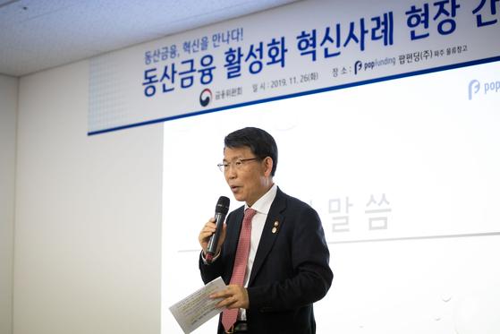 은성수 금융위원장은 지난해 11월 경기도 파주 팝펀딩 물류창고에서 혁신금융사례를 공유하는 간담회를 했다. [뉴스1]