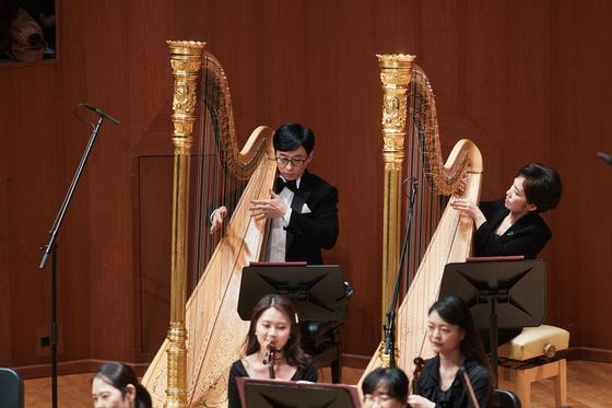 13일 서울 예술의전당에서 하프를 연주한 방송인 유재석. [사진 예술의전당]