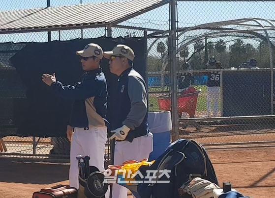 이동욱 NC 감독이 선수단의 훈련을 지켜보며 코치와 얘기를 나누고 있다. IS포토