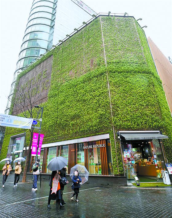 전국 공시지가에서 17년째 1위를 차지한 서울 중구 명동의 네이처리퍼블릭 명동월드점(부지 면적 169.3㎡). 이 곳의 공시지가는 ㎡당 1억9900만원으로 전년보다 1600만원(8.7%) 올랐다. [뉴시스]