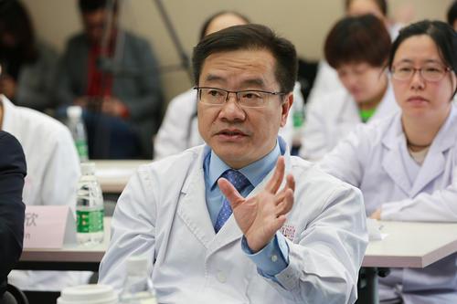 신종 코로나 중앙지도조 조장인 퉁차오후이 베이징 차오양의원 부원장은 12일부터 신규 확진 환자에 임상학적으로 진단을 받은 환자도 포함시키기로 했다고 말했다. 이 같은 통계 방법 변화에 따라 중국의 12일 신규 확진 환자는 크게 증가했다. [중국 바이두 캡처]