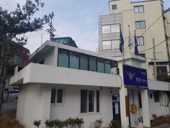 13일 강남구의 한 음식점으로 출동했던 경찰관 4명이 격리되어 있는 청담치안센터. 석경민 기자