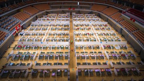 중국 우한에 새로 마련된 팡창 병원이 1000개의 병상을 갖추고 환자를 맞을 준비를 하고 있다. [중국 신화망 캡처]