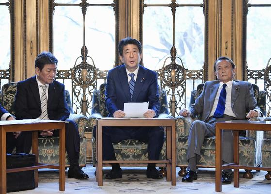 아베 신조 일본 총리(가운데)가 지난달 31일 도쿄에서 열린 코로나19 대책본부 회의에서 발언하고 있다. [연합뉴스]