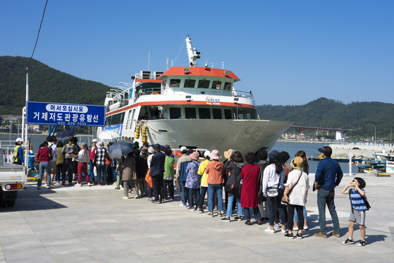 지난해 9월 47년 만에 일반인 출입이 허용된 거제 저도로 가는 유람선에 탐방객들이 오르고 있다. 백종현 기자
