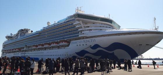 11일 낮 대형 여객선 '다이아몬드 프린세스'가 접안해 있는 요코하마 다이코쿠(大黑)부두에 일본 국내외 취재진이 몰려 있다. [연합뉴스]