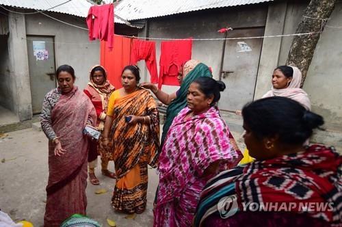 방글라데시 사창가 다우랏디아의 성 노동자들. [AFP=연합뉴스]