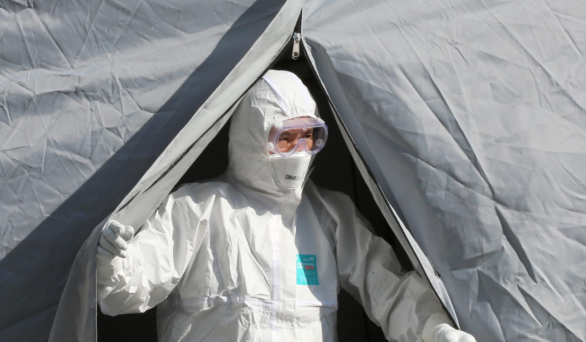 9일 오후 대전 유성보건소에 마련된 신종 코로나바이러스 감염증 선별진료소에서 근무자가 나오고 있다. [뉴스1]