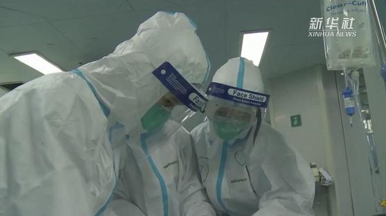 신종 코로나바이러스 싸우다 바이러스에 감염되는 의료진이 속출해 큰 문제가 되고 있다. [중국 신화망 캡처]