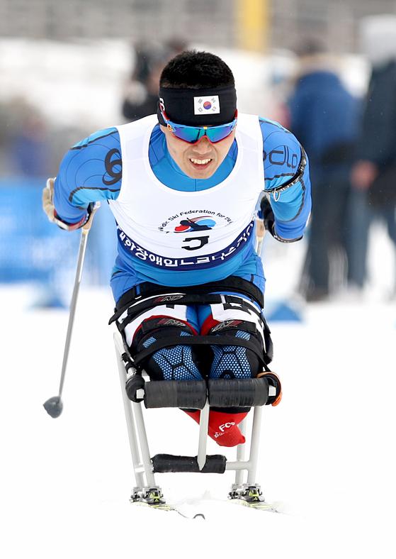 2월 12일( 강원도 알펜시아리조트에서 진행된 제17회 전국장애인동계체육대회 바이애슬론 경기에서 금메달을 획득한 신의현(충남)선수가 결승선을 통과하고 있다. [사진 대한장애인체육회]