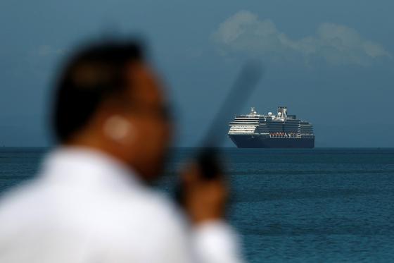 코로나 91 감염 우려로 각국 정부가 입항을 거부해 바다를 떠돌던 크루즈선 웨스테르담호가 13 일 캄보디아 시아누크빌 항구로 입항하고 있다. [로이터=연합뉴스]