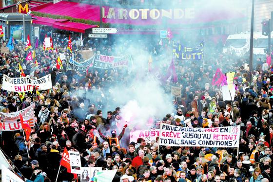 프랑스 정부의 연금 개혁에 반대하는 각종 노조 단체 조합원들이 지난달 16일 파리 시내에서 의 시위를 벌이고 있다. 지난해 12월 5일 총파업으로 시작된 이번 사태는 1968년 이후 최장기 시위로 기록되고 있다. [로이터=연합뉴스]