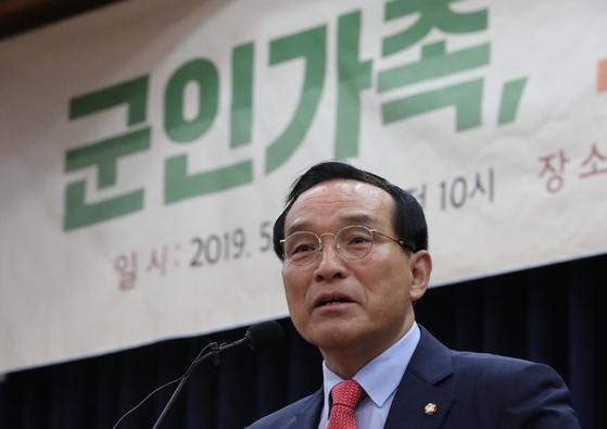 지난해 국회 의원회관에서 열린 '군인가족, 그들의 목소리를 듣다' 토론회에서 주최자인 바른미래당 김중로 의원이 인사말을 하고 있다. [연합뉴스]