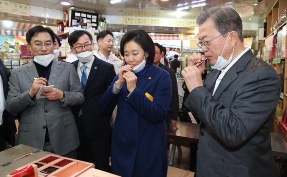 문재인 대통령과 박영선 중기부 장관이 12일 남대문 시장에서 홍삼 제품을 시음하고 있다. [연합뉴스]