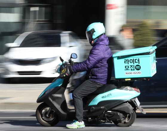 서울 강남구 배민라이더스 남부센터에서 한 직원이 음식을 배달 중이다. [뉴스1]