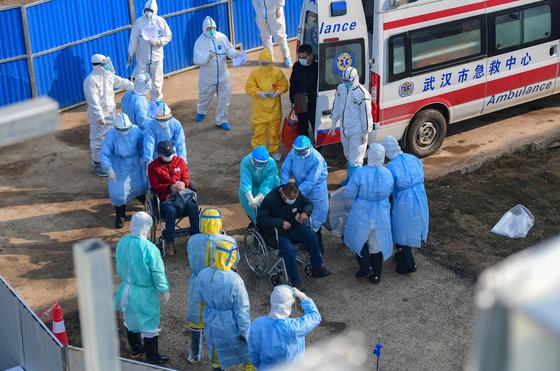 환자를 옮기고 있는 우한 훠선산 병원 의료진의 모습 [EPA=연합뉴스]
