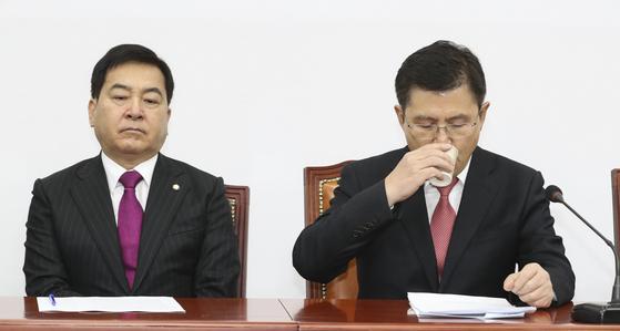 황교안 자유한국당 대표(오른쪽)가 지난10일 오전 국회에서 열린 최고위원회의에서 물을 마시고 있다. 임현동 기자