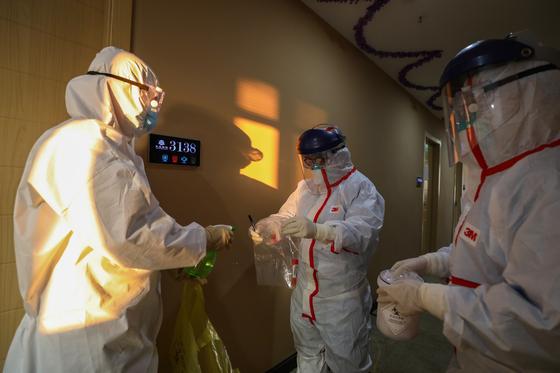 4일 신종 코로나바이러스 의심 환자가 중국 우한 지역의 격리된 호텔에서 핵산 검사를 받고 있다. [EPA=연합뉴스]