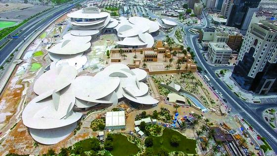 지난해 봄 완공된 카타르 국립박물관 정경. 프랑스 건축가 장 누벨이 설계했다. '사막의 장미'라는 꽃 모양의 광물 결정체를 모티브로 했다. [사진 현대건설]