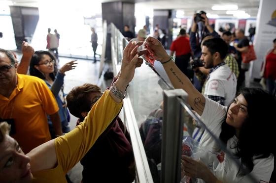 13일 밸런타인데이를 앞두고 에이즈보건재단이 멕시코 멕시코시티에서 콘돔을 무료로 나눠주는 행사를 열었다. [로이터=연합뉴스]