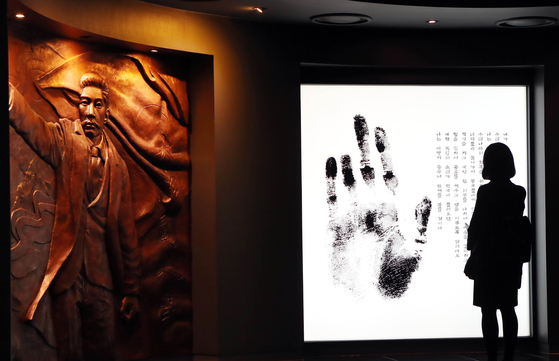 지난 2019년 '안중근 의사 순국 109주기 추모식'이 26일 서울 남산 안중근의사기념관에서 열렸다. 기념관을 찾은 한 시민이 안 의사 관련 전시물을 둘러보고 있다. 변선구 기자
