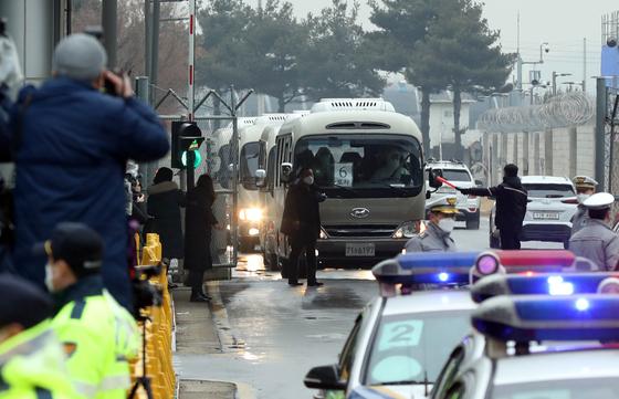 신종코로나감영증(코로나19) 발생지역인 중국 우한의 한국 교민들이 3차 전세기를 타고 12일 오전 김포공항을 통해 귀국했다. 버스를 탄 교민들이 서울김포비즈니스항공센터를 빠져 나가고 있다. 김성룡 기자