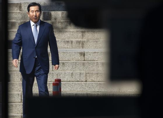 이명박 정부 당시 댓글조작을 지시한 혐의로 기소된 조현오 전 경찰청장이 14일 오후 서초동 서울중앙지법에서 열린 1심 선고 공판에 출석하고 있다. 조 전 청장은 이날 징역 2년을 선고받고 구속됐다. [연합뉴스]
