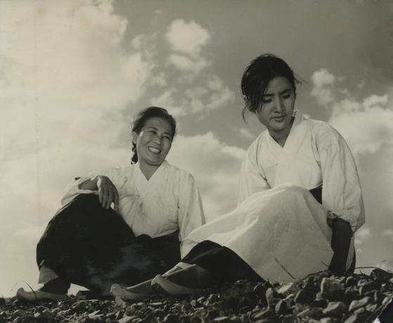 1960년대 충무로에는 문예영화가 유행했다. 바닷가 여인들을 그린 김수용 감독의 '갯마을'에 나온 고은아(오른쪽). [사진 한국영상자료원]