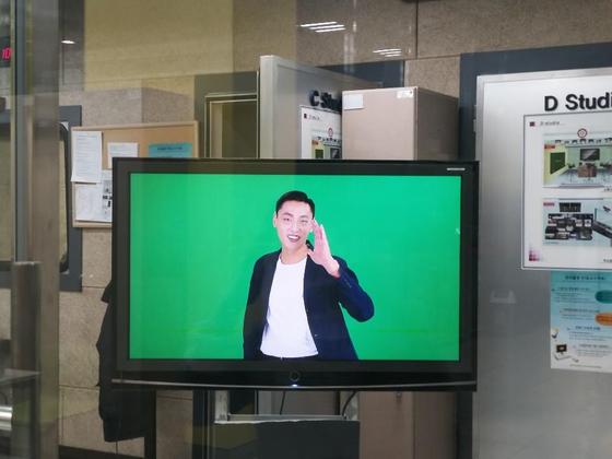 소프트웨어디자인융합스쿨 홍보영상을 촬영하고 있는 최민준 학생