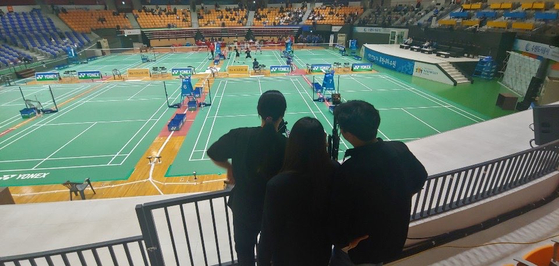 한국체대 스포츠과학 연구팀이 배드민턴 선수들의 컨설팅을 위해 경기를 분석 중이다. [사진 한국체대]