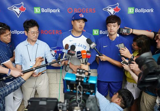 훈련이 끝난 뒤에도 류현진은 국내외 취재진의 질문을 한몸에 받았다. [연합뉴스]