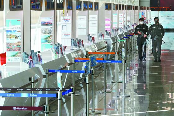 신종 코로나바이러스 감염증 확산으로 여행객이 급감하고 있는 가운데 9일 오후 인천국제공항 제1여객터미널 출국장 3층 여행사 창구가 한산하다.[연합뉴스]